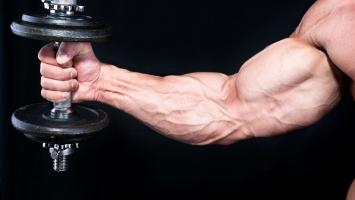Тренировка рук с гантелью