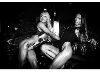 Девушки демонстрируют накаченные ноги