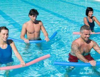 Занятия фитнесом в бассейне