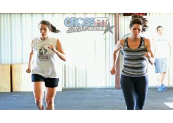 Девушки CrossFit бегут